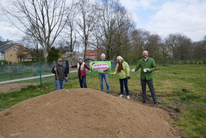 Die Aktiven des BUND Warendorf helfen beim Bau einer Insektenburg.
