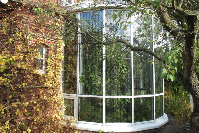 Vogelfreundlich nachgerüstete Glaselemente an einem Privathaus.